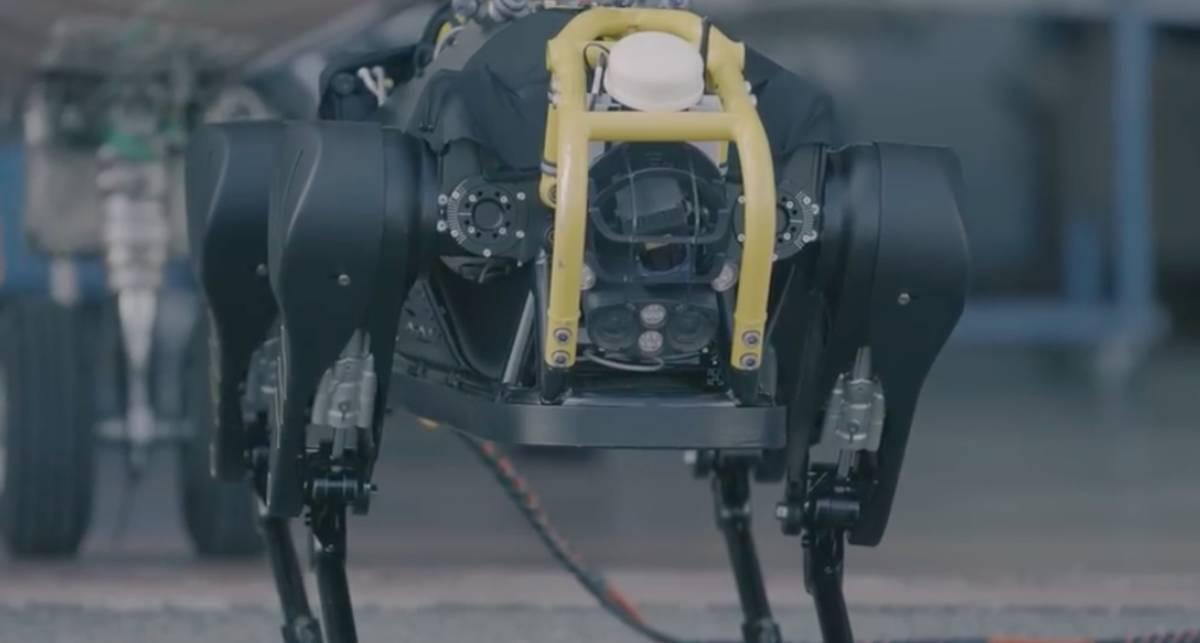 Тянет трехтонный самолет: самый сильный робот в мире