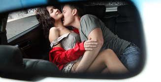 Жена застала мужа за изменой. Ради прощения он проехал голым на крыше авто через весь город