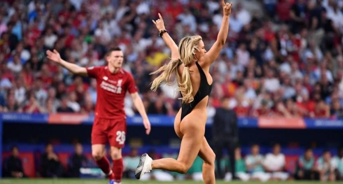 Для вдохновения: актриса Кинси Волански в откровенном бикини выбежала на поле в финале Лиги чемпионов