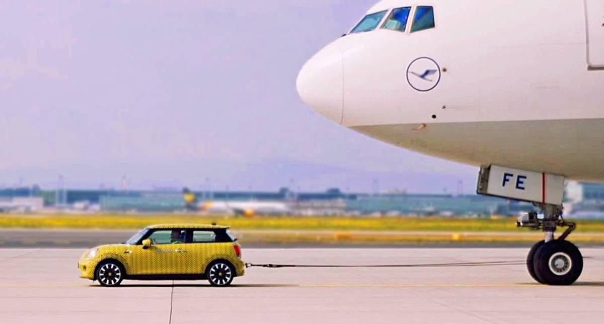 Слишком мощно: электрокар MINI от BMW сдвинул огромный самолет