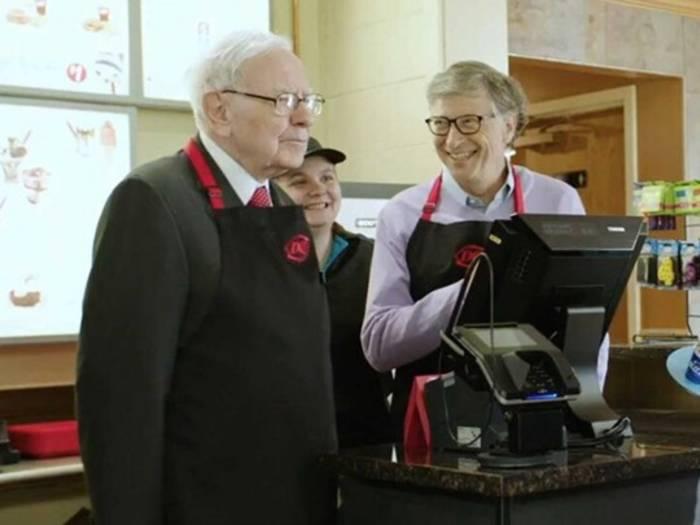 Билл Гейтс и Уоррен Баффетт отработали смену в обычной закусочной / fakty.ua