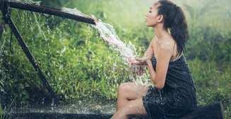 Холодный летний душ: панацея от жары или опасность?