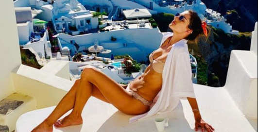 Афродита: супермодель Алессандра Амбросио понежилась под греческим солнцем в микробикини