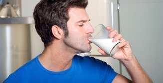 Когда мужчинам пить молоко?