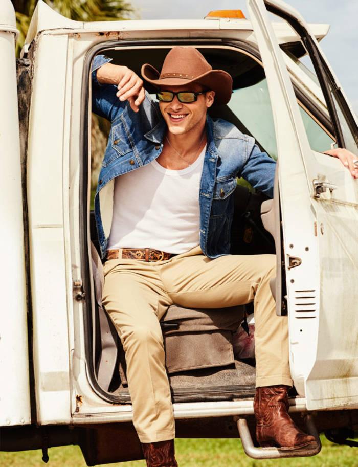 Джинсовая куртка, Tommy Hilfiger × Lewis Hamilton; футболка и брюки из хлопка, все Tommy Hilfiger; кожаный ремень, Gucci; шляпа из шерсти, Stetson; солнцезащитные очки в оправе из ацетата, Balenciaga; сапоги, винтаж