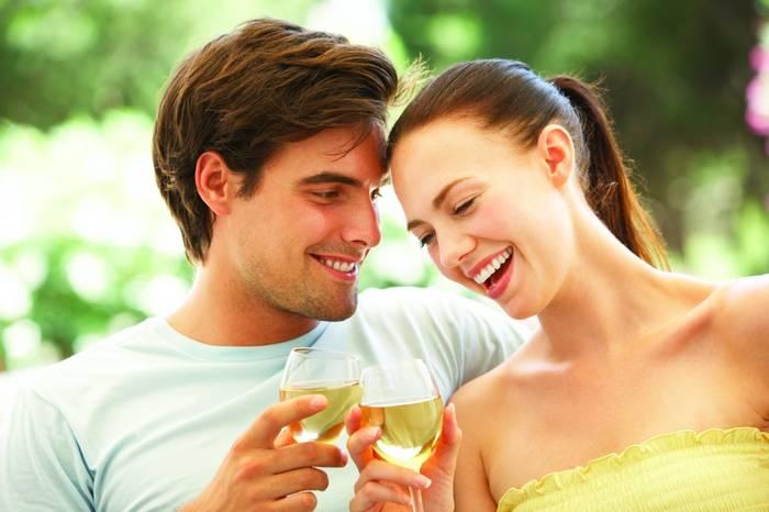 Пей белое вино в приятной компании — будет приятнее и вкуснее