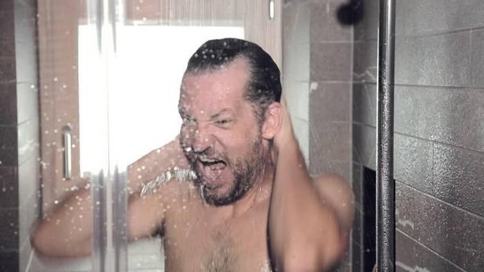 В жару принимай теплый душ: он оказывает меньшую нагрузку на сосуды