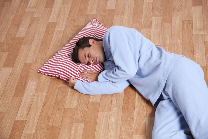 В квартире жарко — спи на полу