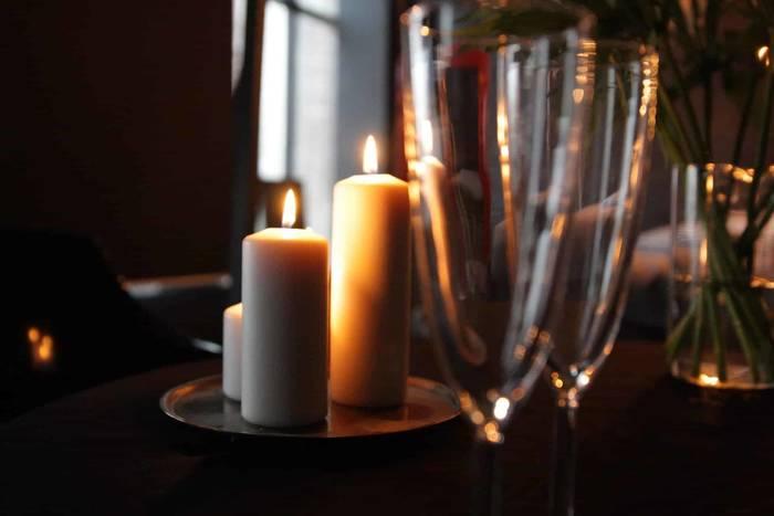 Ужин при свечах — хороший повод не только остыть, но и открыть бутылку хорошего вина