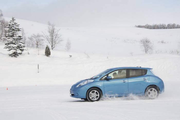 При температуре -15°С Nissan Leaf обычно проезжает 70-80 км. Для города должно хватать