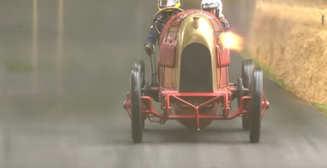 Прадедушка спорткаров: на фестивале скорости погоняли на столетнем автомобиле