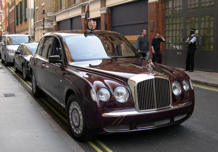 Bentley State Limousine. Всего 2 экземпляра, созданных в честь 50-летнего юбилея восхождения на трон королевы Великобритании Елизаветы II