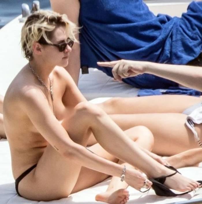 Кристен Стюарт обнажилась, отдыхая на яхте с друзьями