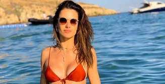 Мокрая девочка: Алессандра Амбросио в красном бикини будоражит воображение