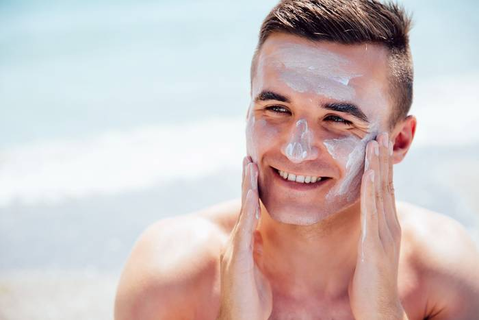 Будучи на пляже, пользуйся солнцезащитными средствами