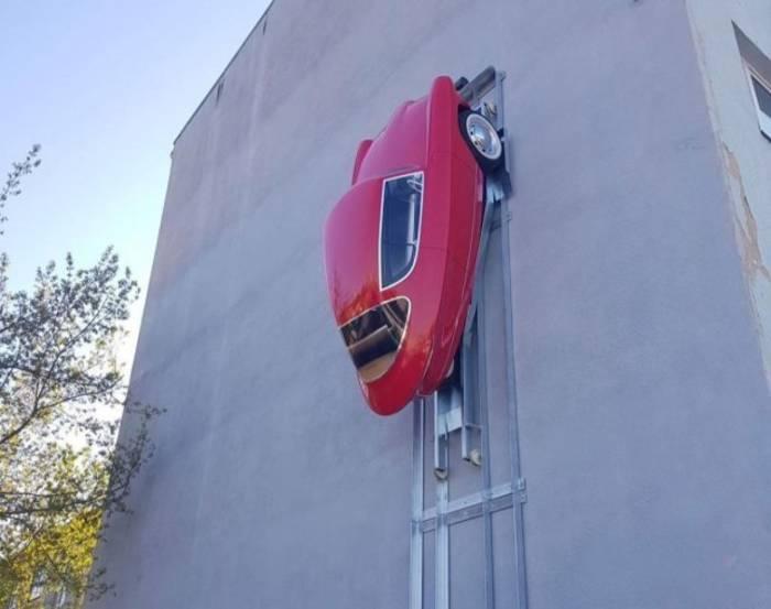 Новенький NOBE действительно способен вскарабкаться на стену