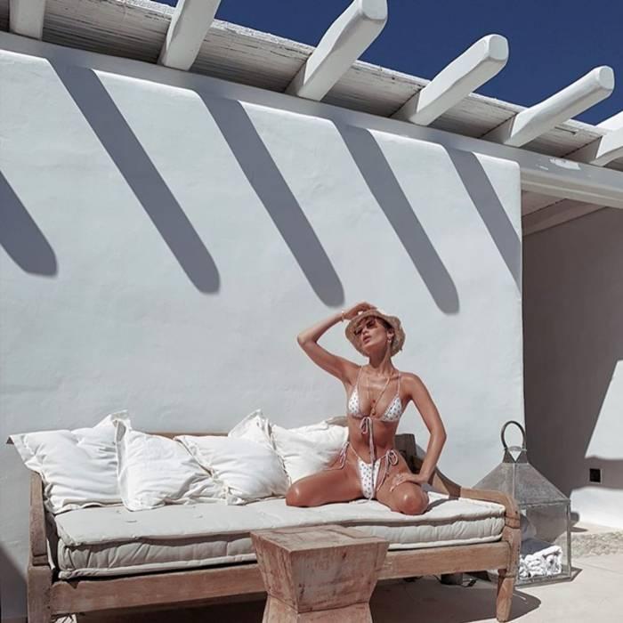 Белла Хадид в белом бикини из тоненьких полосок ткани. Раскованно и сексуально
