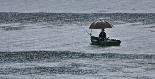 Что делать, если на рыбалке начался дождь: советы новичкам
