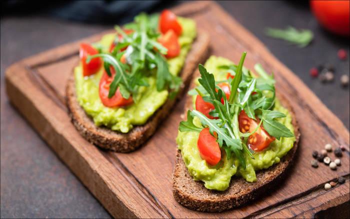 Хлеб + авокадо + свежие овощи = здоровая закуска для голодного тебя