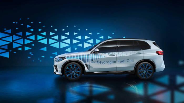 BMW X5 обильно украсили синими элементами, чтобы показать, какой он экологичный