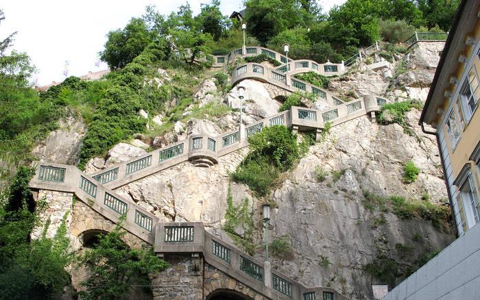 Крутая лестница на верхушку горы и в крепость