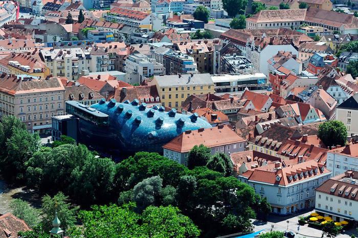 Вид на старинные улочки и суперсовременный музей