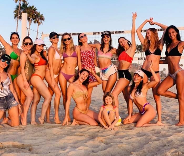 Алессандра Амбросио поиграла в волейбол на пляже