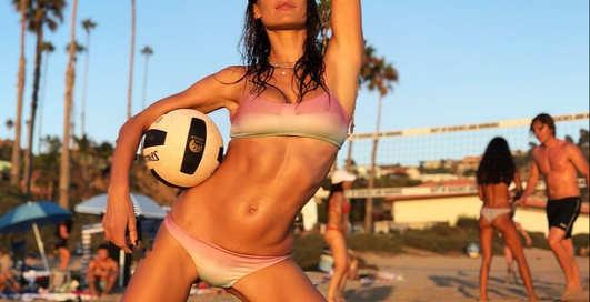 Спортивная пляжница: Алессандра Амбросио поиграла в волейбол и снялась в откровенном купальнике