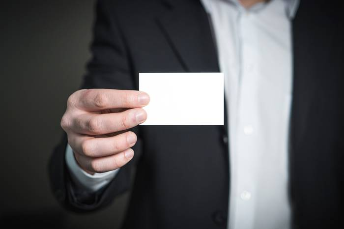 Одна из сторон визитки должна оставаться чистой — для заметок получателя