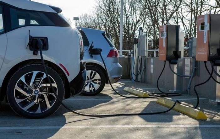 Видимо, опрошенные считают, что находясь на зарядке, электромобили также заправляются бензином