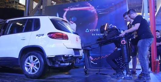 Привет Тони Старку: в Китае показали экзоскелет, способный поднять автомобиль