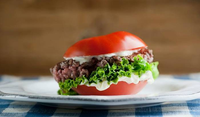 Не получится разрезать помидор на клинья — руби его пополам и фаршируй, как обычный бургер