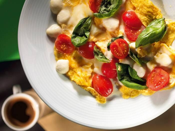 Омлет — вкусная, сытная, а главное — быстрая еда. Так что всегда имей яйца