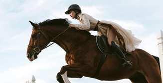 Полуобнаженная амазонка: Белла Хадид в фотосессии на коне