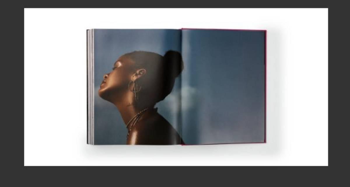 Ню-биография: Рианна издала свое жизнеописание с откровенными фото
