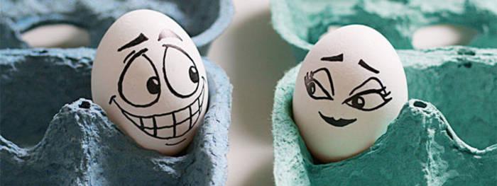Для приготовления яичницы в микроволновке тебе нужны минимум 2 яйца