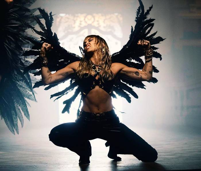 Черные крылья и просьба не называть ангелом - прямой намек?