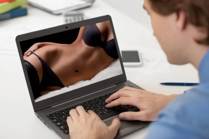 Многие смотрят порно на работе