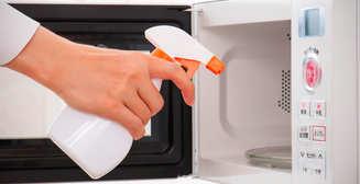 Кислотой ее: 3 способа быстро почистить микроволновку