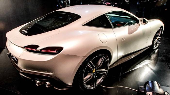 "На ""живых"" фото с презентации Ferrari Roma засветился и в белом цвете"