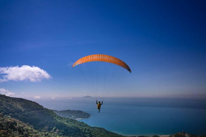 Прыжок с парашютом или полет на параплане - отличный способ отметить день мужчин