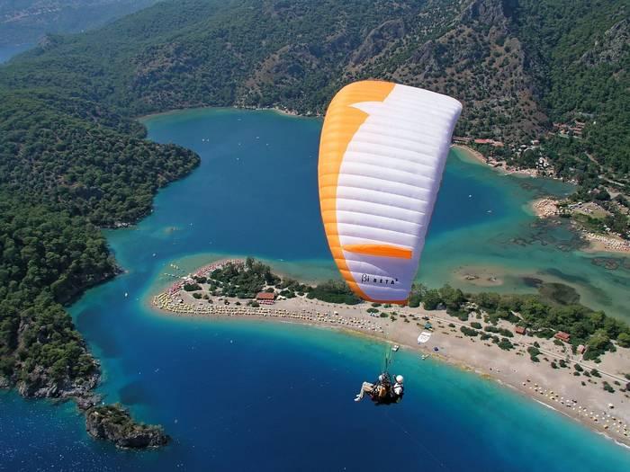Обычно прыжки с парашютом открывают живописные виды