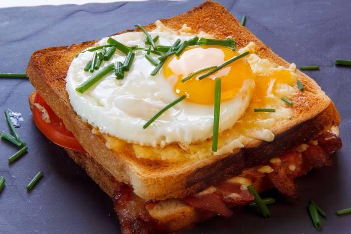Бутерброд с яйцом и сыром — вкусен, пока горяч