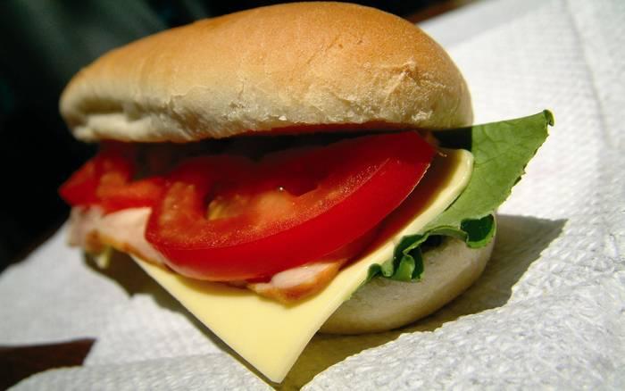 Не времени ждать — просто сложи сыр и помидор. И бутерброд готов