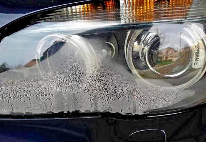 Осенью и весной воздух холодный и влажный, поэтому на стеклах изнутри разогретых фар выпадает конденсат