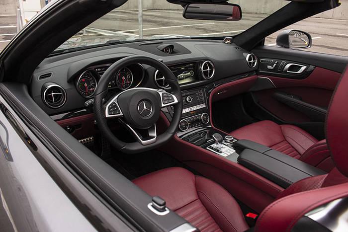 При покупке авто б/у проведи внимательный осмотр салона: уплотнители, руль, педали, рычаг КПП