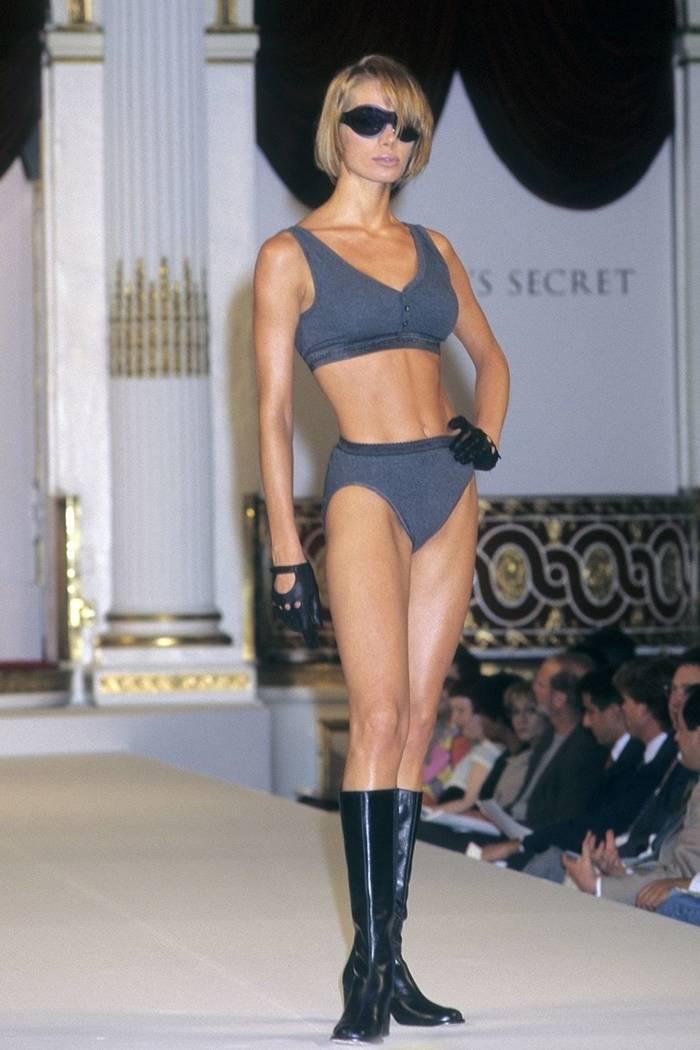 Анжелика Каллио на показе Victoria's Secret в 1995 году