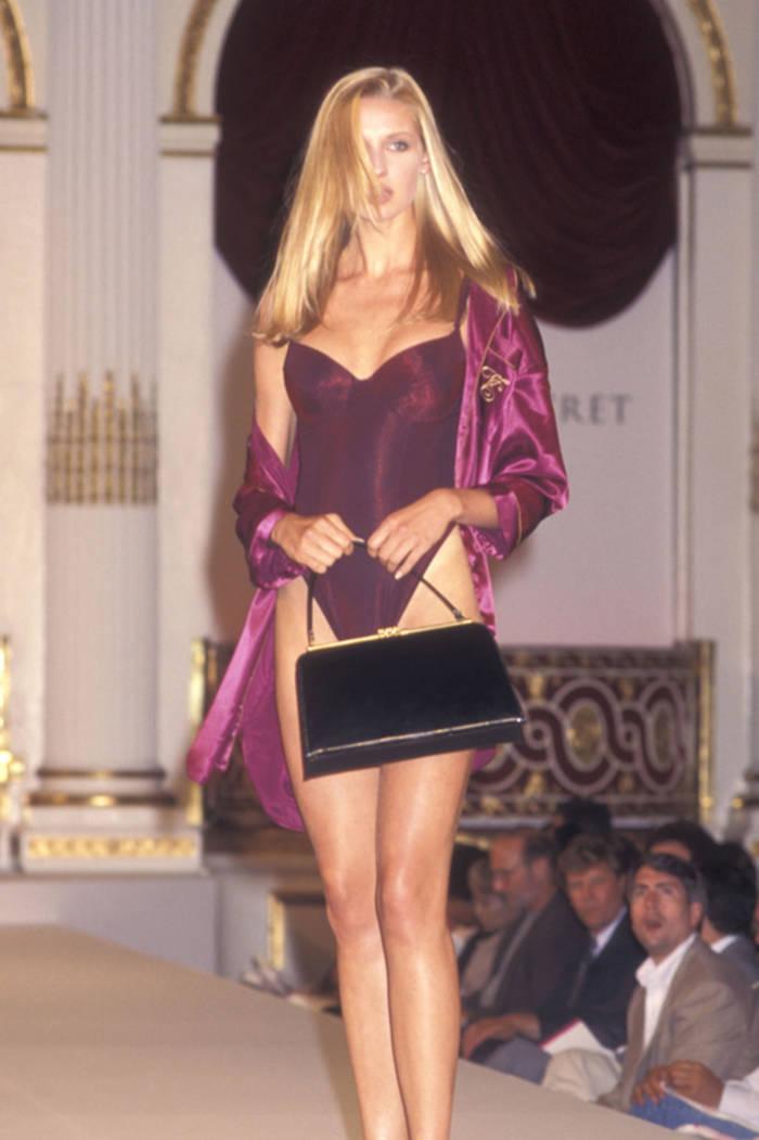 Катрин Маккорд на показе Victoria's Secret в 1995.  Деловая сумочка - неотъемлема