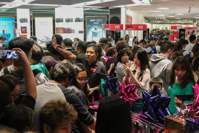 Обычно в США день распродаж действительно черный - продавцы не успевают обслуживать всех покупателей