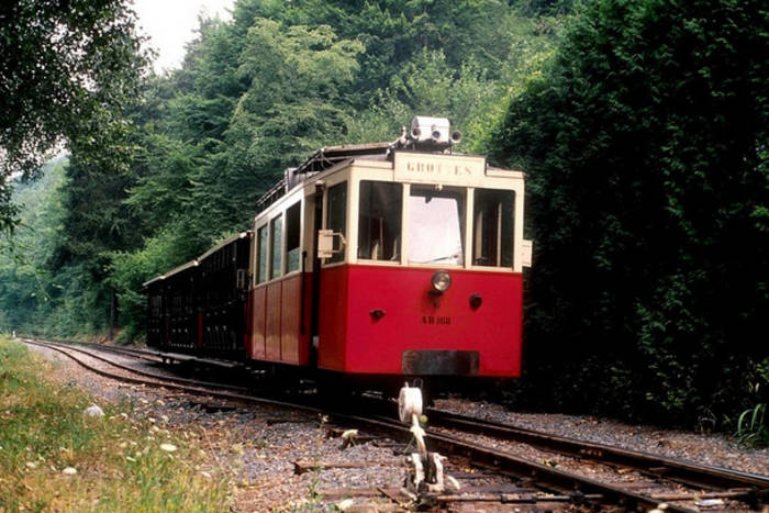 Добраться в Ан-сюр-Лес  можно на трамвайчике по живописному маршруту